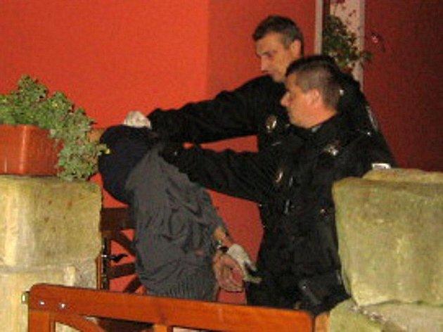 Zadržení pachatele v noci na středu v ulici V Rokli v Mladé Boleslavi městskými strážníky.