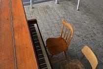 Piano na autobusovém nádraží v Boleslavi někdo zničil