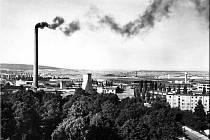 Panorama továrny s typickým znakem, vysokým komínem