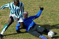 Zkušený obránce boleslavské fotbalové rezervy Adrian Vizingr (na zemi) je spolehlivou oporou defenzívy.