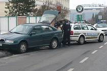 Strážníci městské policie tahali ze sněhu zapadlé auto.