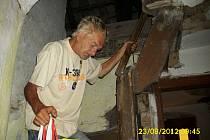 Bezdomovec v opuštěném domě