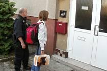 Policie se o dezorientovanou dívku postarala.