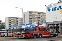 Kamion, který zůstal na trávníku u Kauflandu v Mladé Boleslavi.
