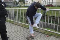 Opilec místo předložení občanky svlékl boty a ponožky