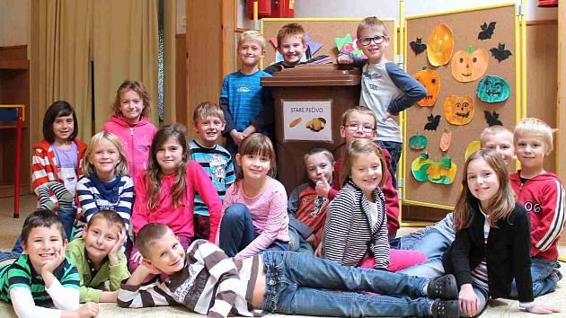 DO HNĚDÉ POPELNICE děti a jejich rodiče ukládají suché pečivo. To potom putuje do revíru v Žehrově a Mužském, kde si na něm pochutnávají daňci a mufloni. Na snímku žáci 2.A.