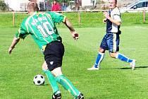 Souboj o míč mezi dlouholhotským Michalem Nekolou (vpravo) a lužeckým Martinem Kučabou