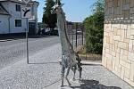 Také sochu žirafy, která ozvláštňuje prostor před Ekocentrem Zahrada, má město  díky Metalovému sympoziu.