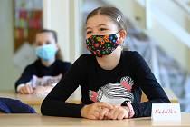 Po nucených koronavirových prázdninách se školáci vrátili do tříd prvního stupně ZŠ.