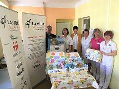 Novorozené děti, které v mladoboleslavské porodnici Klaudiánovy nemocnice přijdou na svět a nemají rodinu, dostanou kufříky se vzpomínkami, ve kterém budou přesné informace o svém příchodu na svět.