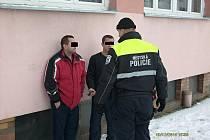 Strážník hovoří s dvěma muži na Slovance, co měli v žíle více, než je vhodné.