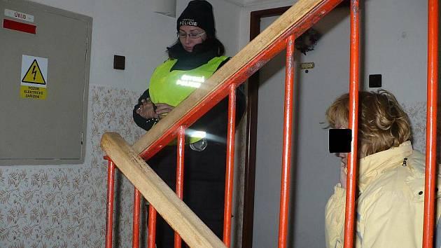 Naštvaná milenka na schodech paneláku. Přijela si to vyřídit s chlapem.