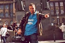 Pecky od Scootera dává přímo pod koněm na pražském Václaváku Boleslavák David Rosbek.