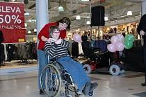 Dana Vávrová z Bělé pod Bezdězem se raduje z nového vozíku.