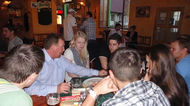 Zdeněk Rais při diskuzi o kvalitě piva v rámci takzvaného večeru se sládkem.