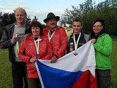 Medailová část české výpravy s libichovskými Věrou Majerovou (druhá zleva) a novým mistrem Evropy Josefem Jelínkem (uprostřed)