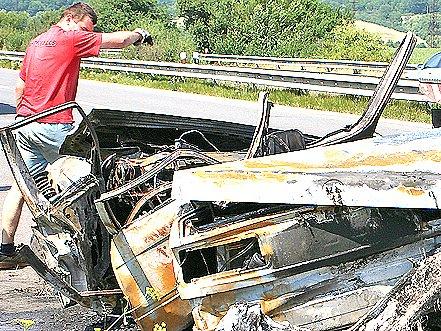 Dvě dívky uhořely vautě na silnici R10 uBoleslavi. Řidič utrpěl zranění.