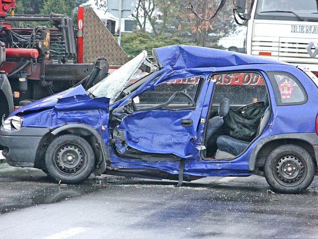 Letos v zimě v Sukoradech řidič Opelu Corsa vjel před kamion. Nehodu nepřežil.