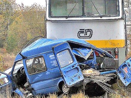 Nejprve uNepřevázky a pak ivBezděčíně vjeli řidiči pod vlak. Zemřeli.