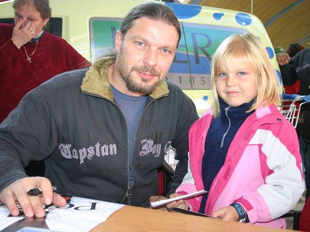 Petr Kolář s mladou fanynkou na autogramiádě v Olympia centru.