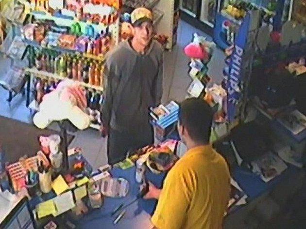 Lupiče (v šedé mikině) zachytily kamery na benzince Na Hejtmánce těsně před útokem na čerpadláře.
