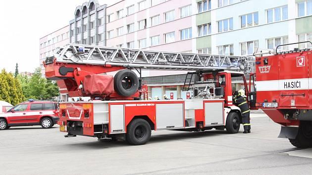 Na náměstí Míru zamířilo sedm jednotek hasičů