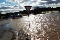 Voda z polí začala u Bílé Hlíny téct na silnici. Navíc se tam vytvořilo obrovské jezero vody.