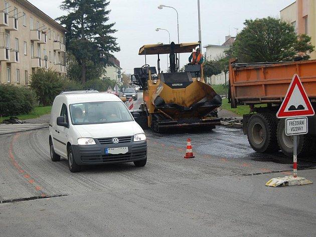 Oprava poničeného povrchu silnice na křižovatce ulic Na Radouči a Václavkova v Mladé Boleslavi.