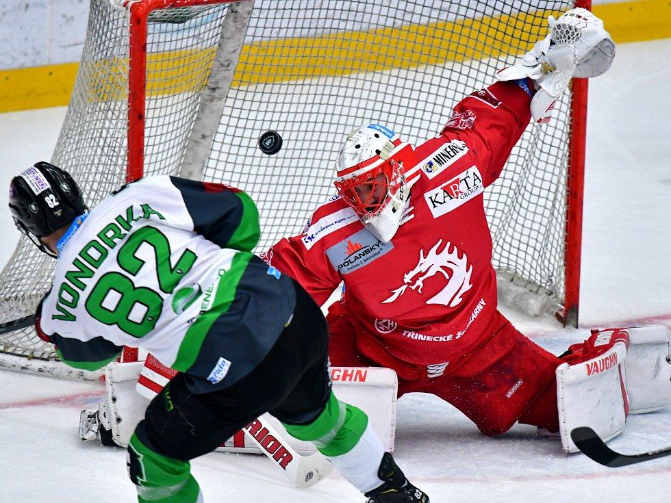 Hokejisté Mladé Boleslavi v 52. kole Tipsport extraligy porazili Třinec (v červeném).