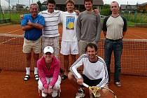 Tenisté SK Rohatsko: (odleva nahoře) starosta Václav Král, Roubíček, Beránek, Butaš, předseda klubu Dorotí, (odleva dole) Kollátorová, Štros.