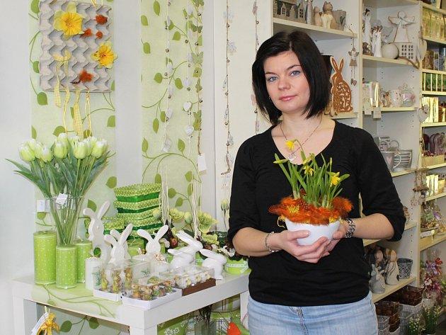 ANETA NOVOTNÁ, mistr florista, ukazuje,  jaké barvy a květiny jsou v současné době nejžádanější.