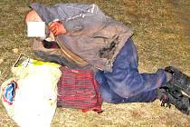 Bezdomovec ležel na zemi několik hodin. Nakonec ho odvezla záchranka do nemocnice.