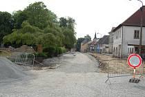 Uzavřená část náměstí v Bělé pod Bezdězem