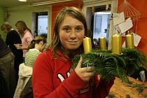 Děti i rodiče vyráběli v Domě dětí adventní věnce.