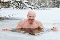 Jiří Škvrna se o víkendu s dalšími boleslavskými otužilci vyfotil v ledové vodě