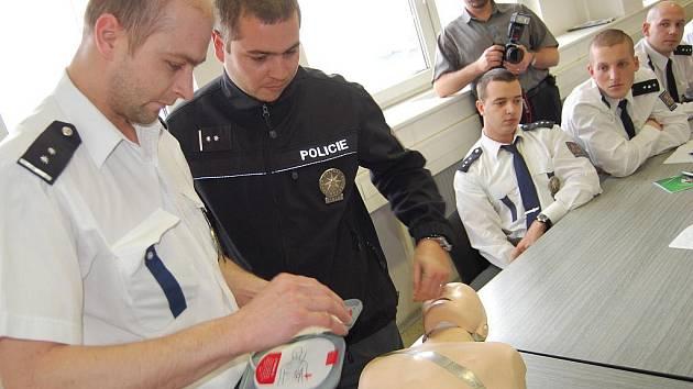 Dopravní policisté v Mladé Boleslavi se učili zásady první pomoci a také obsluhovat nový defibrilátor