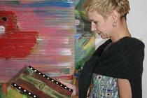 Petra Kaplanová s jedním z vydražených obrazů.