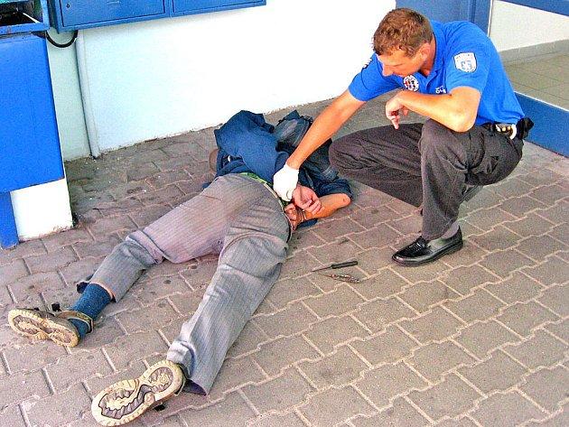 Agresivního muže museli městští strážníci zpacifikovat a nasadit mu policejní pouta