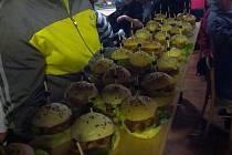 V Čejeticích se servírovaly domácí burgery z dílny brankáře Fandy Hubáčka