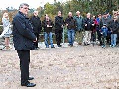 STAROSTA Jaroslav Král návštěvníkům představil revitalizovanou nivu Jizery, která bude sloužit nejen k relaxaci.