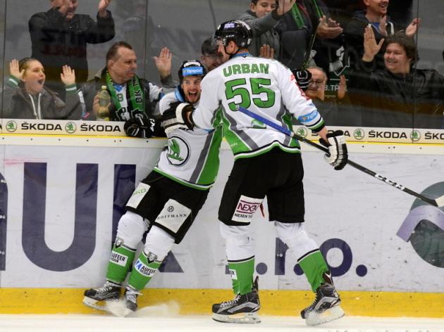 Hokejisté Mladé Boleslavi Tomáš Hyka a Tomáš Urban slaví jeden ze tří gólů v bráně Vítkovic.