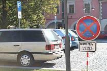 Zákazové značky na Husově náměstí, které informují, kdy budou na místě zase filmaři