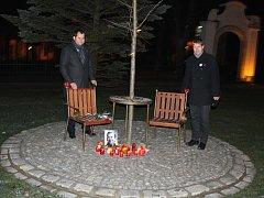 V pondělí 18. prosince uplynulo šest let od chvíle, kdy zemřel bývalý prezident Václav Havel. Komorní pietní vzpomínka na tuto nevšední osobnost domácí i světové historie se konala i v Mladé Boleslavi, u před časem instalované lavičky Václava Havla.