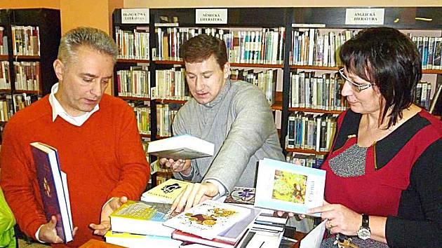 V KNIHOVNĚ přebírají zásilku ukrajinských knih.