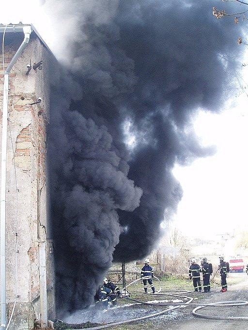 Požár firmy ve Vlkavě na Mladoboleslavsku. Do ovzduší stoupal černý dým z hořících plastů.