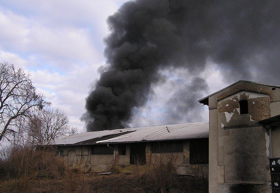 Zásah hasičů při požáru firmy na lisování plastů.