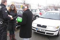 Parkovištní prodej pochybného zboží v Mladé Boleslavi.