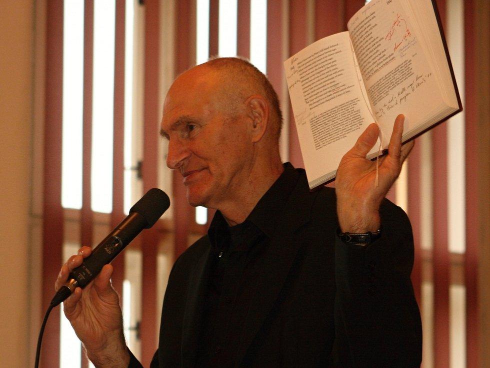 Profesor Martin Hilský přednášel v aule Gymnázia dr. Josefa Pekaře.