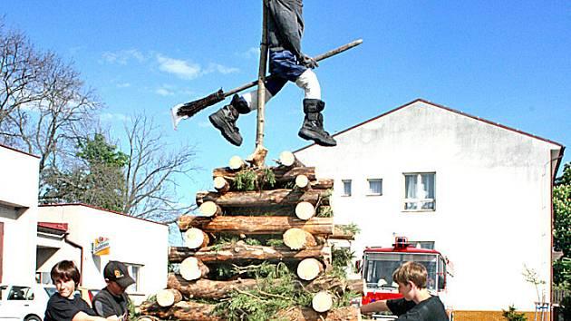 S přípravou vatry pomáhali ve Všejanech i místní kluci. Hasiči byli připraveni k okamžitému zásahu