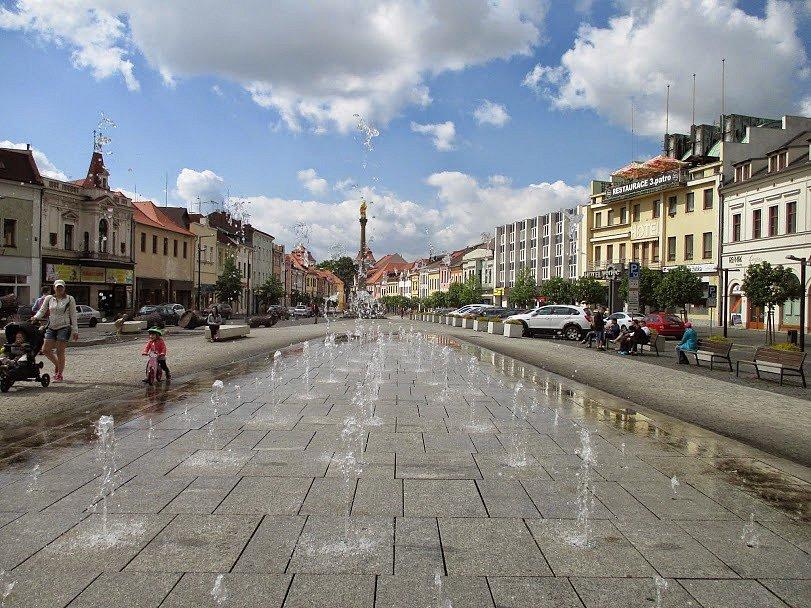Mladá Boleslav, kašna před starou radnicí.